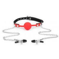 Красный кляп-шарик с зажимами на соски на металлической цепочке