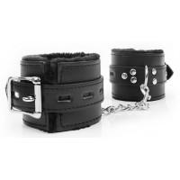Черные наручники на металлических карабинах