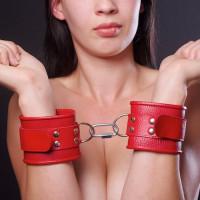 Кожаные красные наручники с ремешком и двумя карабинами на концах
